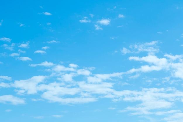 Niebieskie niebo tło z drobnymi chmurami