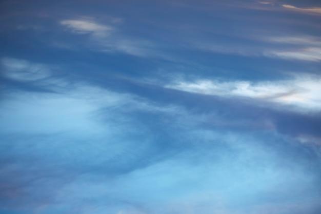 Niebieskie niebo z białymi bawełnianymi chmurami