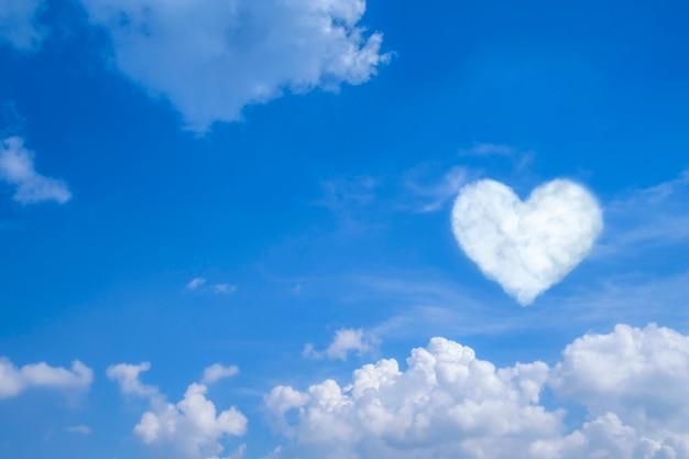 Niebieskie niebo z białymi chmurami i sercem