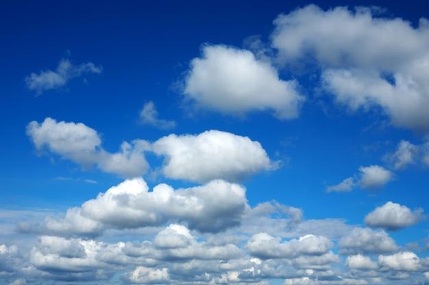 Niebieskie niebo z białymi chmurami w cennym dniu