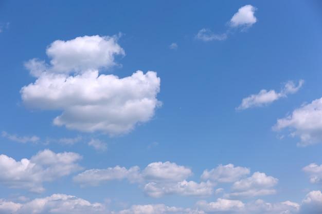 Niebieskie niebo z białymi chmurami.