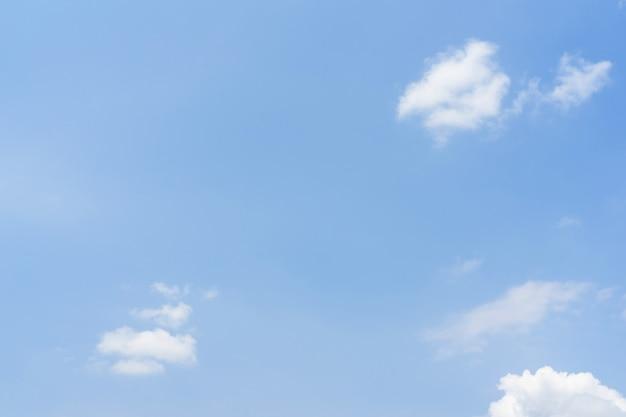 Niebieskie niebo z białymi miękkimi chmurami