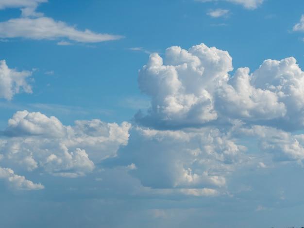 Niebieskie niebo z bliska białe chmury. tekstura, szablon
