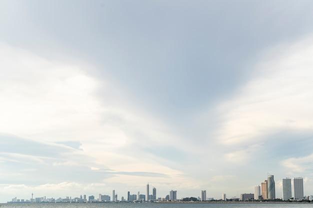 Niebieskie niebo z chmurą w mieście