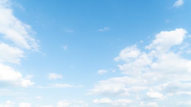 Niebieskie niebo z chmurą w światło słoneczne dniu.