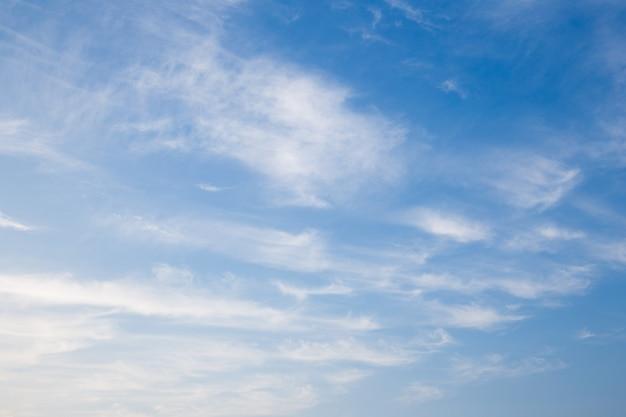 Niebieskie niebo z chmurami i słońca odbiciem w wodzie z miejscem dla twój teksta