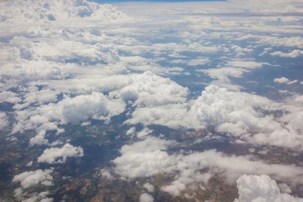 Niebieskie niebo z chmury tłem na airplan w ranku czasie