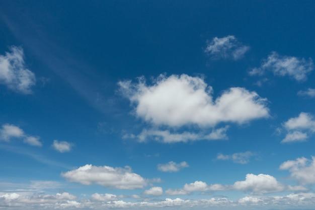Niebieskie niebo z chmury tłem.