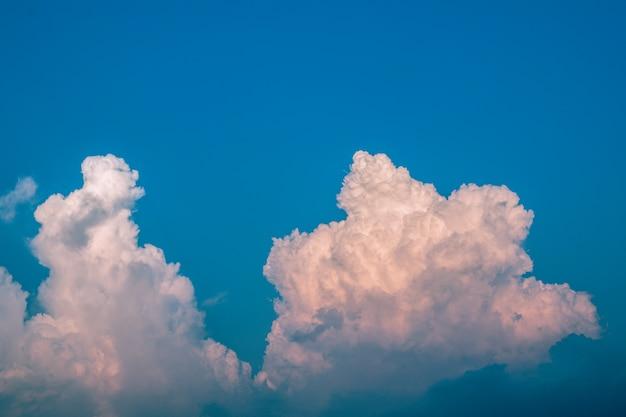 Niebieskie niebo z cudownym cloudscape. głęboki niebieskie niebo i bielu obłoczny tło.