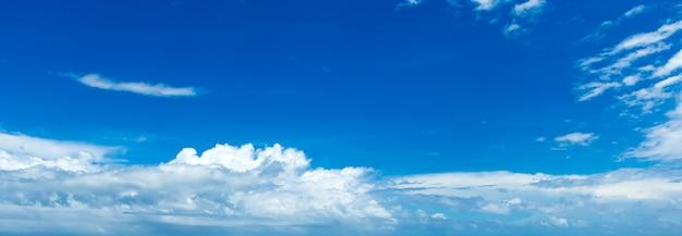 Niebieskie niebo z drobnymi chmurami. panoramiczny