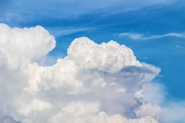 Niebieskie niebo z dużymi białymi chmurami.