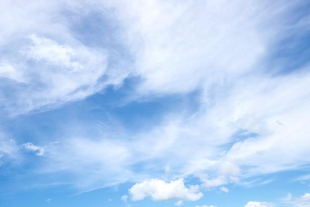 Niebieskie niebo z obłocznym tłem i abstrakt teksturą