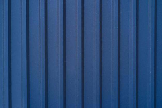 Niebieskie ocynkowane ogrodzenie blaszane pokryte tle. metalowa tekstura