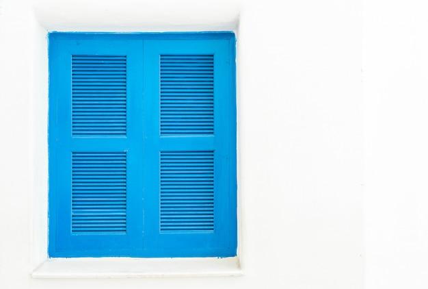 Niebieskie okno z białą ścianą