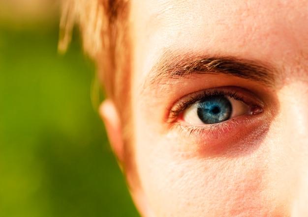 Niebieskie oko blondyna. shallow dof. portret na zewnątrz