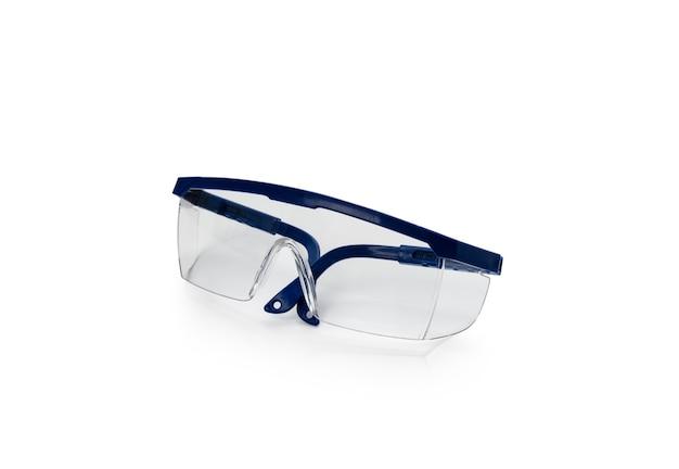 Niebieskie okulary ochronne na białym tle