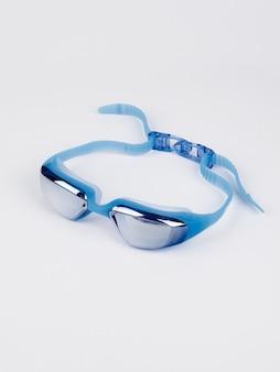 Niebieskie okulary pływackie basen na białym tle