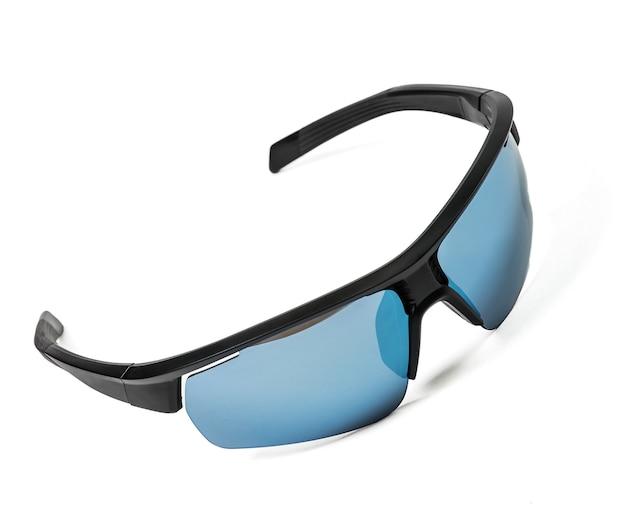 Niebieskie okulary przeciwsłoneczne na białym tle. styl sportowy