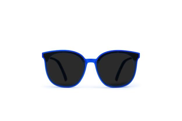 Niebieskie okulary przeciwsłoneczne na białym tle