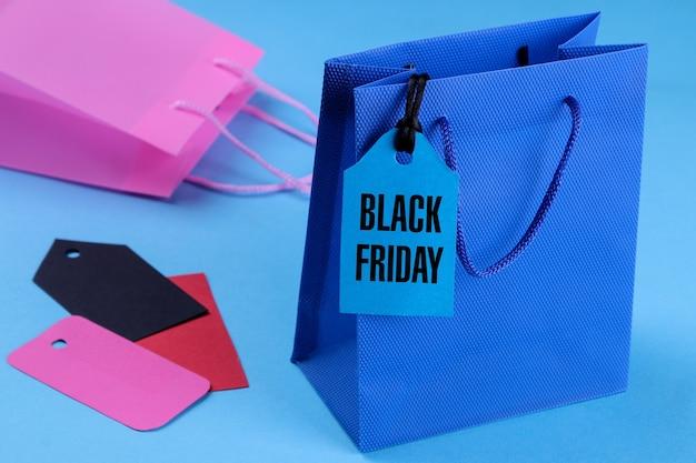 Niebieskie opakowanie do zbliżenia na zakupy z ceną z napisem black friday. na niebieskim tle