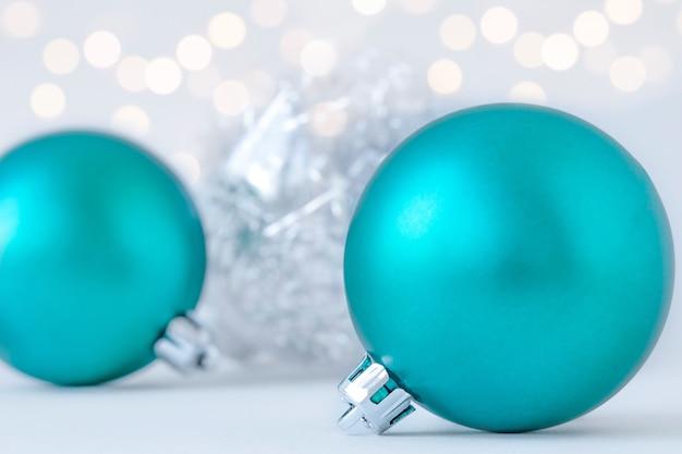 Niebieskie ozdoby świąteczne na szarej powierzchni