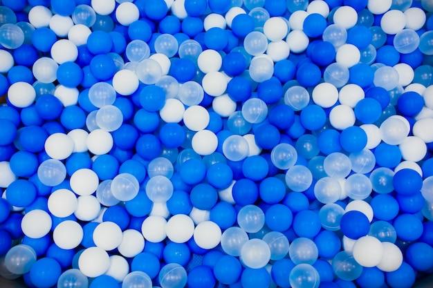 Niebieskie piłki dla dzieci plac zabaw dla dzieci