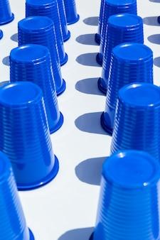 Niebieskie plastikowe kubki do picia w rzędach