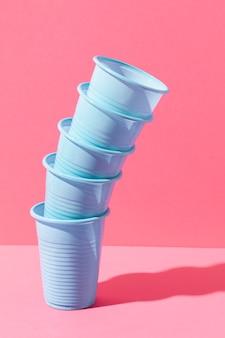 Niebieskie plastikowe kubki w stosie
