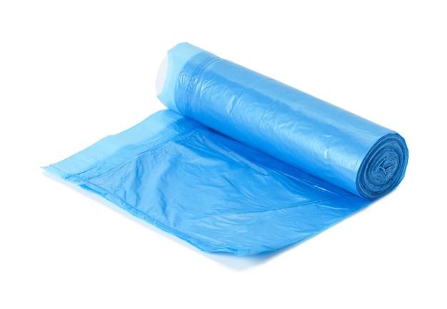 Niebieskie plastikowe worki na śmieci ze sznurkami na białym tle