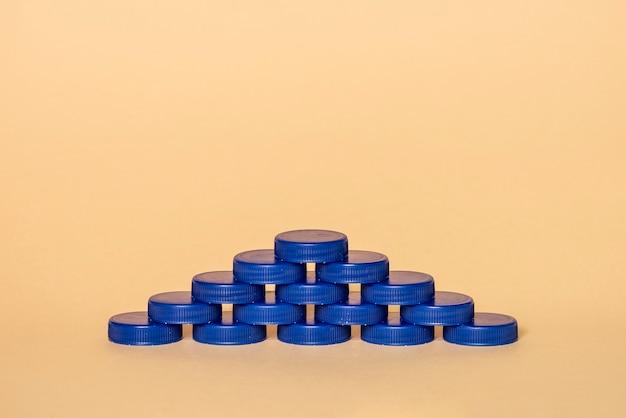 Niebieskie plastikowe zatyczki w kształcie piramidy