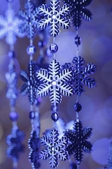 Niebieskie płatki śniegu na mocowaniu na tle bokeh