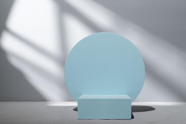 Niebieskie podium do prezentacji produktów