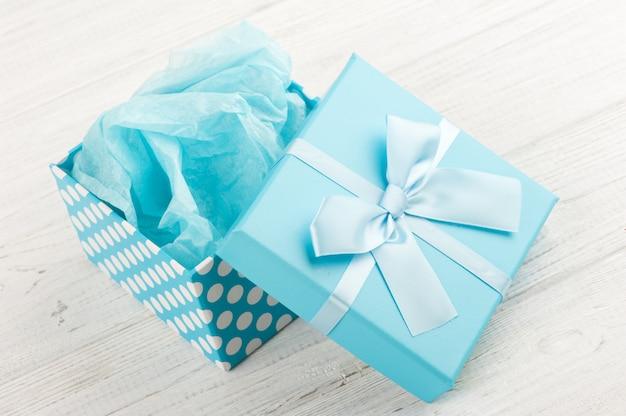 Niebieskie pudełko z kokardą