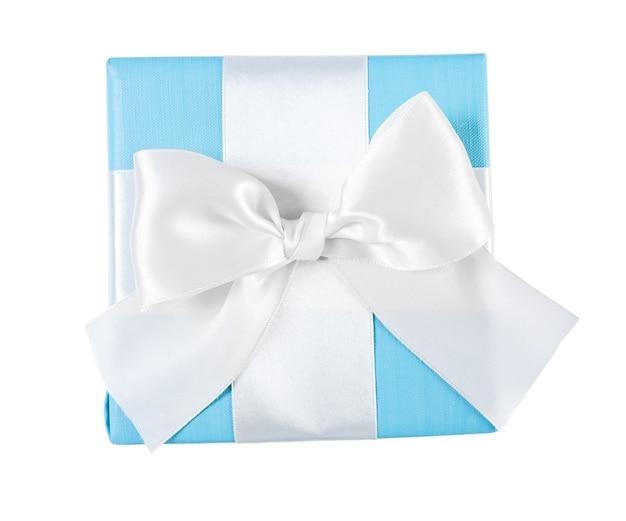 Niebieskie pudełko z widokiem na białą wstążkę z góry na białym tle