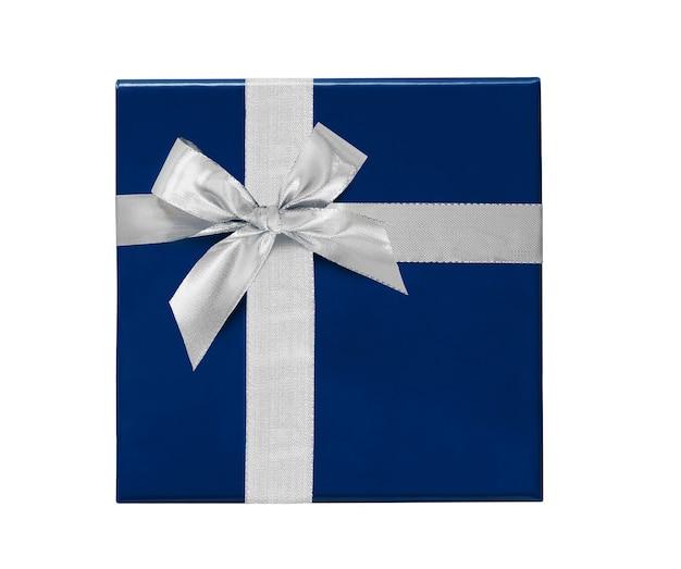Niebieskie pudełko ze srebrną wstążką i łuk na białym tle. widok z góry