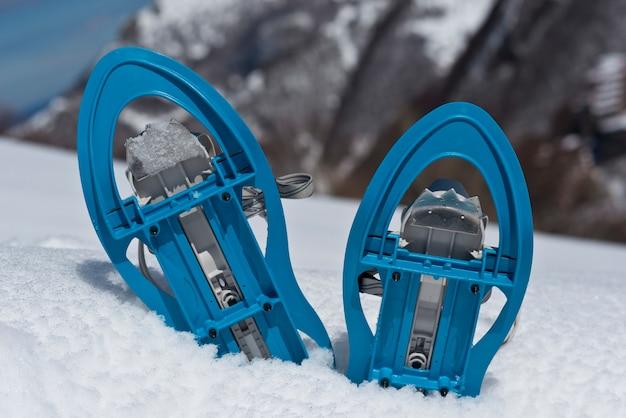Niebieskie rakiety śnieżne na śniegu