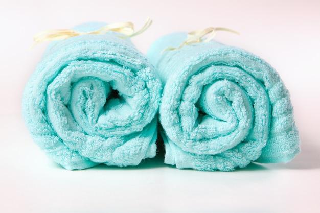 Niebieskie ręczniki frotte skręcone przez słomkę