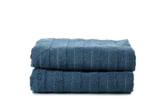 Niebieskie ręczniki składane na białym tle