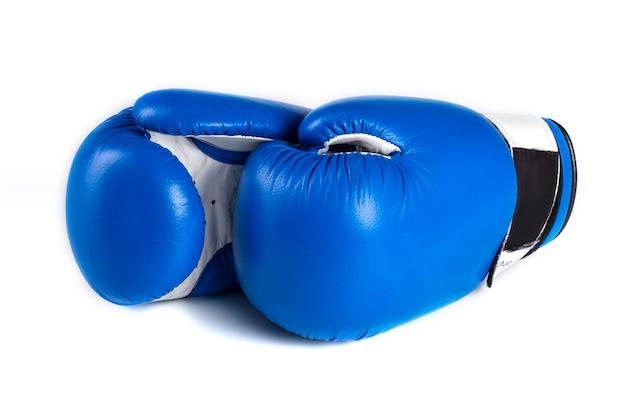 Niebieskie rękawice bokserskie na białym tle