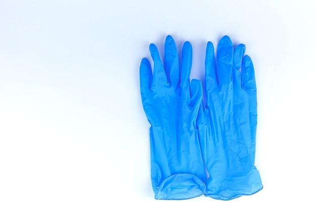 Niebieskie rękawiczki chirurgiczne na białym tle