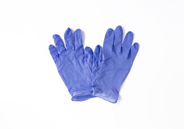 Niebieskie rękawiczki medycyna na białym tle na białej powierzchni