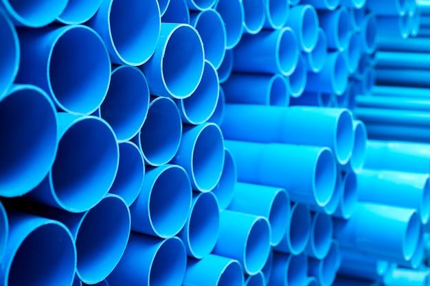 Niebieskie rury pvc ułożone w stos