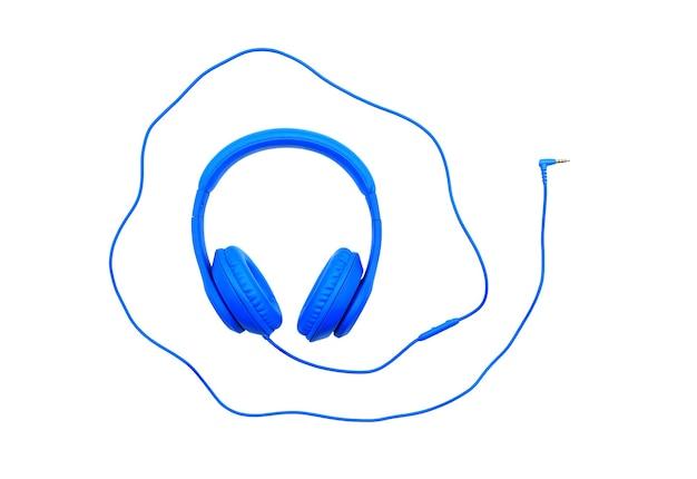 Niebieskie słuchawki i przewód na białym tle. koncepcja obiektu muzyki