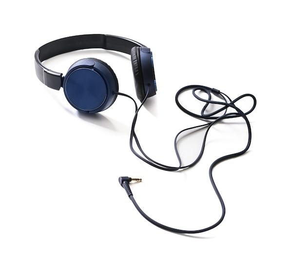 Niebieskie słuchawki na białym tle