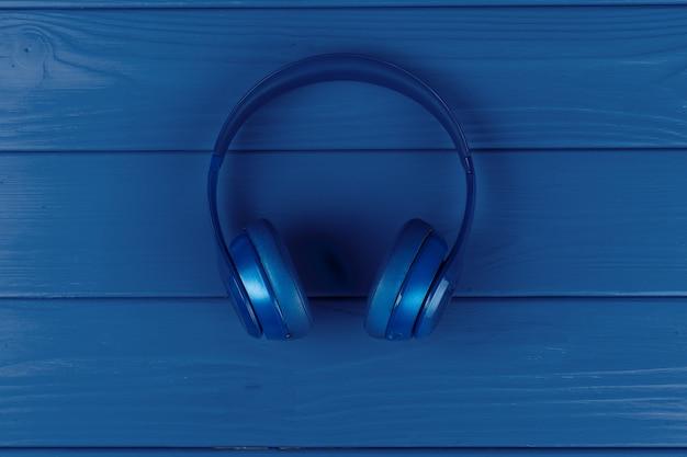 Niebieskie słuchawki na kolor niebieski, widok z góry