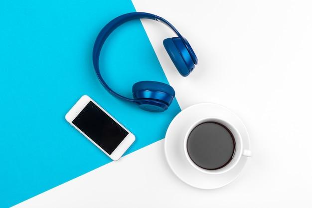Niebieskie słuchawki na niebieskim i białym