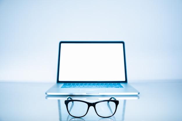Niebieskie światło blokerów i laptopa w jasnym tle