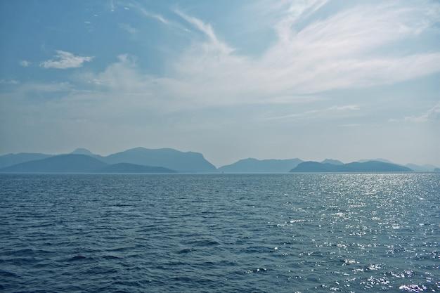 Niebieskie sylwetki gór na wybrzeżu morza egejskiego. indyk