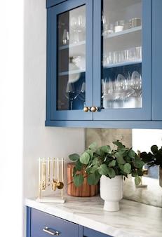 Niebieskie szafki z białą ścianą