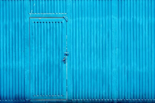 Niebieskie tło cynkowe drzwi